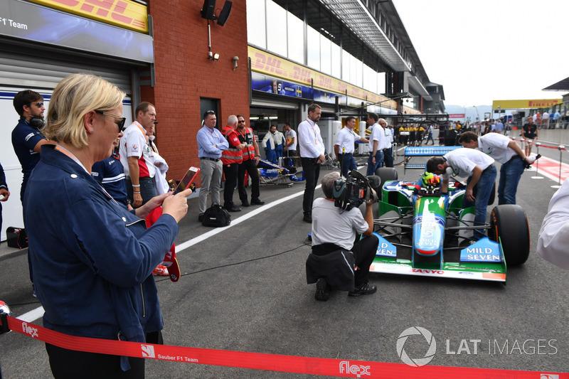 Sabine Kehm, neemt een foto van Mick Schumacher, Benetton B194