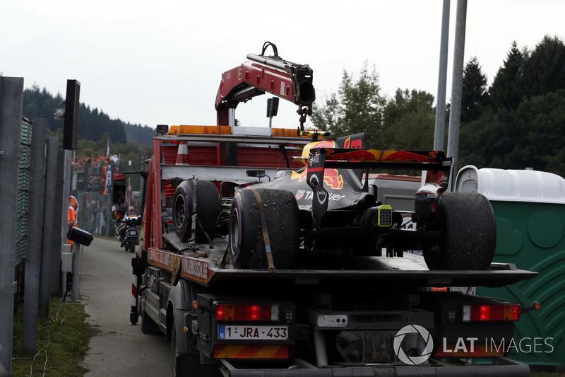 La monoposto di Max Verstappen, Red Bull Racing RB13 viene recuperata dai marshal dopo lo stop in pista