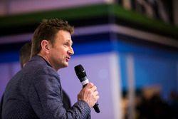 Allan McNish wordt geïnterviewd op het podium van Autosport