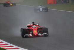 Sebastian Vettel, Ferrari SF70H, y Valtteri Bottas, Mercedes AMG F1 W08