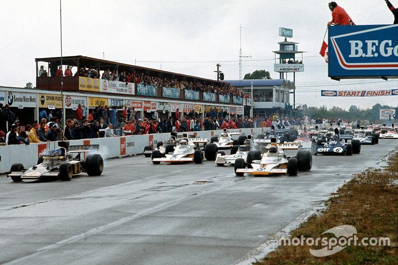 С первого ряда гонку начинали Ронни Петерсон, Lotus 72D, и Питер Ревсон, McLaren M23