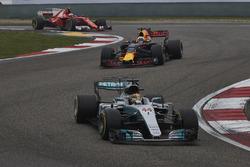 Lewis Hamilton, Mercedes AMG F1 W08, Daniel Ricciardo, Red Bull Racing RB13 y Kimi Raikkonen, Ferrar