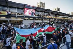 Valtteri Bottas, Mercedes AMG F1 et David Coulthard, sur le podium avec le drapeau de l'Azerbaïdjan