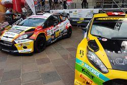 Les voitures de Sébastien Carron e Kevin Gilardoni au pied du podium