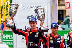 Podium : les deuxièmes Hayden Paddon, Sebastian Marshall, Hyundai Motorsport