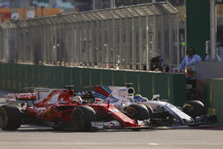 Sebastian Vettel, Ferrari SF70H, Felipe Massa, Williams FW40