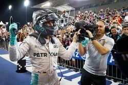 2. Platz und Weltmeister Nico Rosberg, Mercedes AMG F1, feiert im Parc Ferme