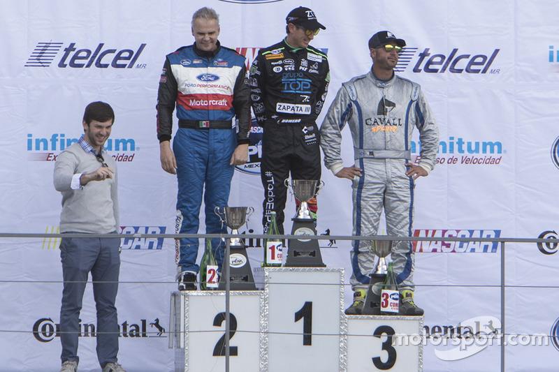 Podio: segundo lugar Rafael Martínez, Escudería Tame, primer lugar Homero Richards, HYH Speed y Tercer lugar Jorge Goeters JV Motorsports con Daniel Suárez Grand Marshall