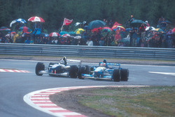 Damon Hill, Williams FW17-Renault, battles with Michael Schumacher, Benetton B195 Renault