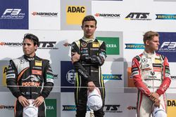 Podio Rookie: il secondo classificato Joey Mawson, Van Amersfoort Racing, Dallara F317 - Mercedes-Benz, il vincitore della gara Lando Norris, Carlin, Dallara F317 - Volkswagen, il terzo classificato Mick Schumacher, Prema Powerteam, Dallara F317 - Mercedes-Benz