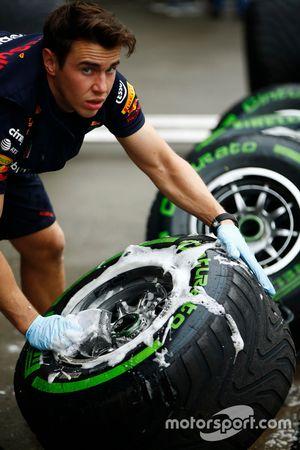 Red-Bull-Mechaniker wäscht Intermediate-Reifen