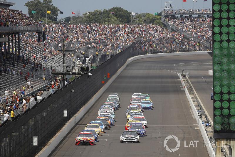 Start: Kyle Busch, Joe Gibbs Racing Toyota, Kevin Harvick, Stewart-Haas Racing Ford