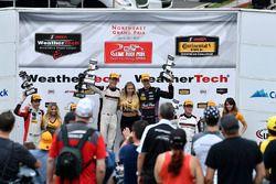 GTD Podium: winnaars Patrick Lindsey, Jörg Bergmeister, Park Place Motorsports, tweede Bryan Sellers