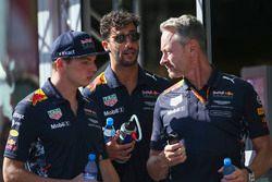 Гонщики Red Bull Racing Макс Ферстаппен и Даниэль Риккардо и менеджер команды Джонатан Уитли