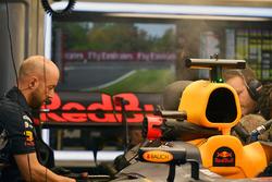 Механики Red Bull Racing работают с автомобилем RB13