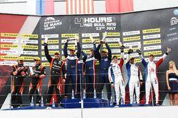 На подиуме победители гонки в категории LMP2, экипаж #32 United Autosports, Ligier JSP217 - Gibson: