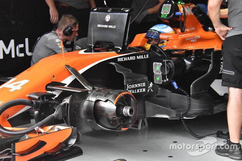 Fernando Alonso, bargeboards del McLaren MCL32