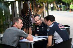 Главный инженер Red Bull Racing Пол Монахан и технический директор Scuderia Toro Rosso Джеймс Ки