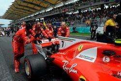 Ferrari mechanics push the car of Kimi Raikkonen, Ferrari SF70H
