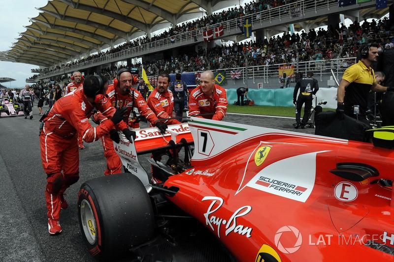 I meccanici Ferrari spingono la monoposto di Kimi Raikkonen, Ferrari SF70H