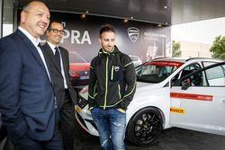 Andrea Dovizioso riceve la sua SEAT Leon CUPRA