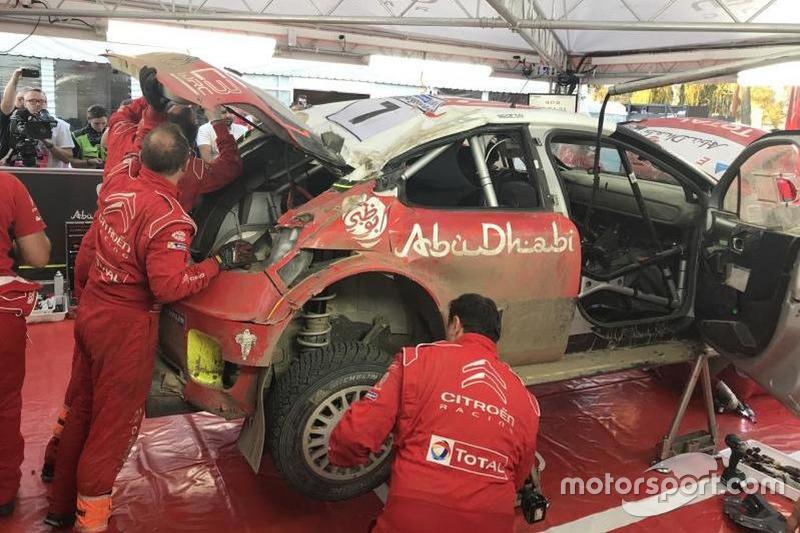 I meccanici Citroen Racing riparano la C3 Plus di Kris Meeke