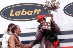 Podio: il vincitore della gara Gilles Villeneuve, Ferrari, Pierre Elliot Trudeau, Primo Ministro del Canada