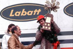 Podium: racewinnaar Gilles Villeneuve, Ferrari, Pierre Elliot Trudeau, Minister President van Canada