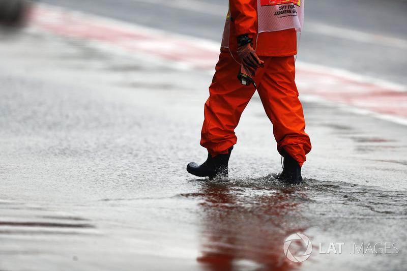 Un marshal in pit lane