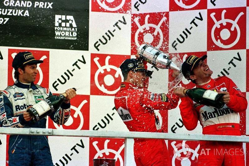 Podio: ganador de la carrera Michael Schumacher, Ferrari, segundo lugar Heinz-Harald Frentzen, Williams Renault, tercer lugar Eddie Irvine, Ferrari