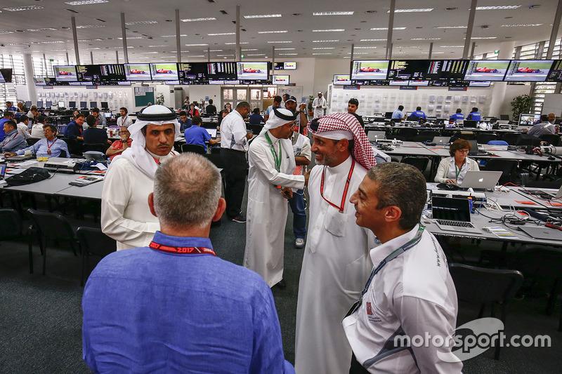 Официальные лица Бахрейна в медиа-центре