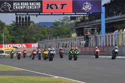 Aksi start Race 1 SuperSports 600cc
