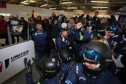 United Autosports team members celebran la victoria