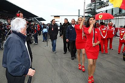 """Ecclestone: """"A los pilotos y fans les gustan las chicas de parrilla y no molestan"""""""