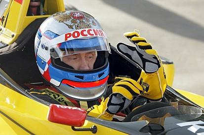 От Тэтчер до Путина: самые необычные люди за рулем машин Ф1