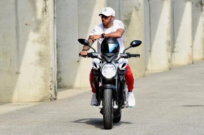 Sponsor plant schon: Hamilton auf Rossis MotoGP-Bike