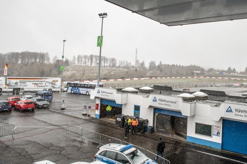 Rot nach 15 Minuten: VLN2 vom Schnee durchkreuzt