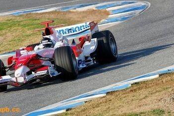 Toyota maakt kilometers op nat circuit