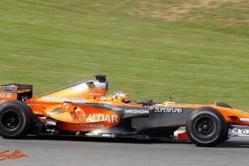 Valles maakt zware crash met Spyker F8-VII