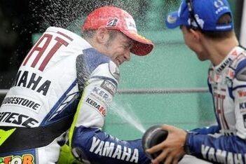 Rossi wint verregende race in Indianapolis