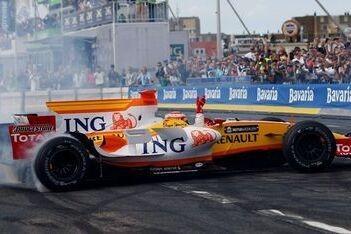 Rotterdams publiek op de banken voor Alonso