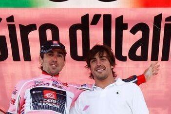 Alonso moedigt Sastre aan tijdens Giro-etappe
