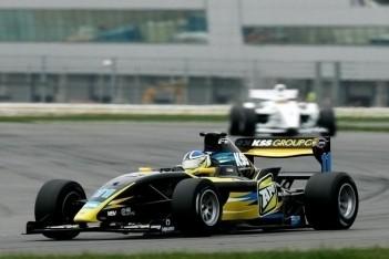 Clarke zet de toon in eerste training Silverstone