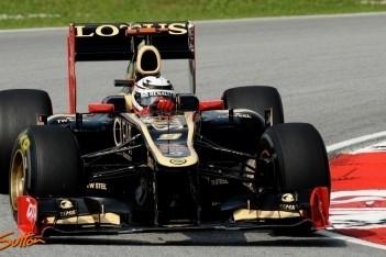Lotus-duo druk bezig met afstellen auto