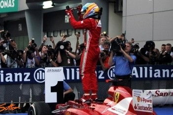 Alonso schenkt Ferrari zege op nat Sepang