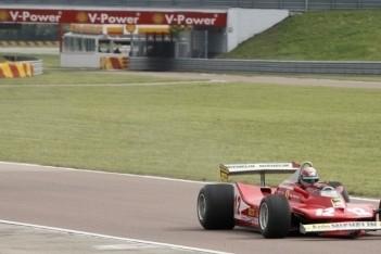 Bertolini in actie met Ferrari van Villeneuve