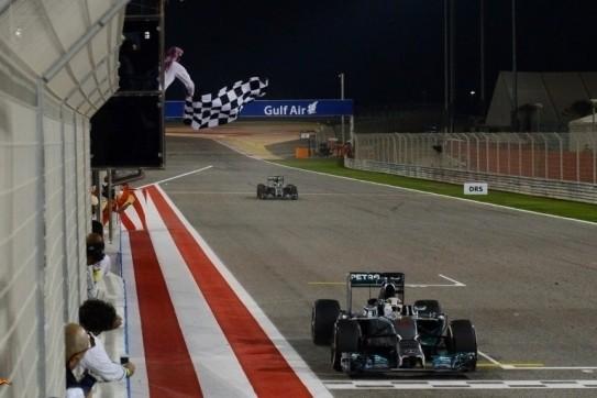 Hamilton verslaat Rosberg voor Bahreinse zege