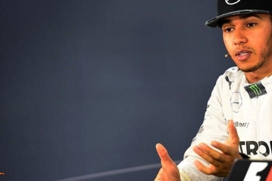 """Hamilton relaxt na P2: """"Ik kom hier om te winnen"""""""