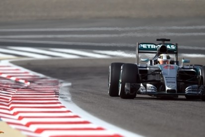 Hamilton nipt snelste in derde training, Verstappen veertiende
