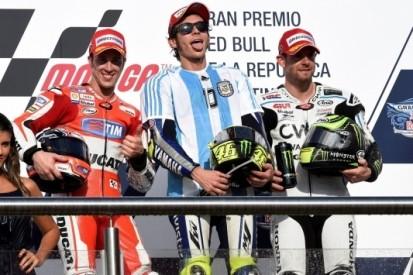 IJzersterke Rossi verslaat vallende Marquez na touché